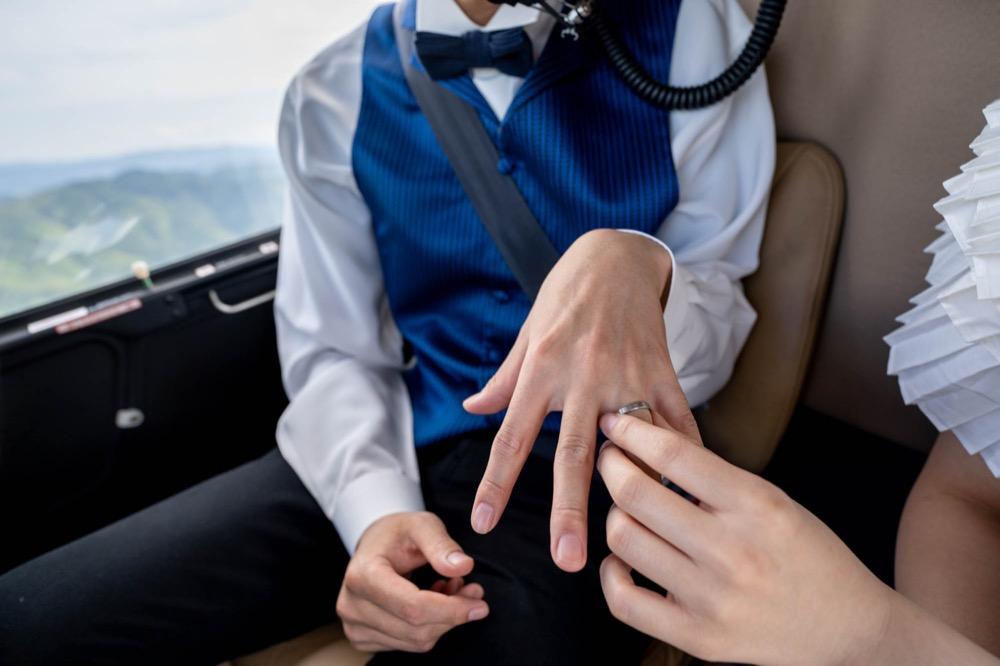 ヘリの中で持参の指輪交換