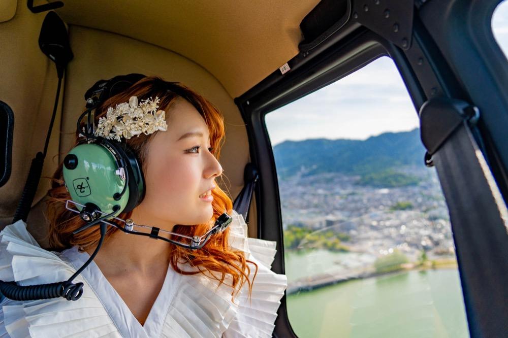 思い出の場所を眺めるシーン ソラマリ SORAMARI フォトウエディングに「挙式」と「ヘリコプター周遊」をくっつけた新しいウエディング。コロナで大きな結婚式はできないけど大きな思い出は作りたいというおふたりに答えた新しいウエディングサービスです。