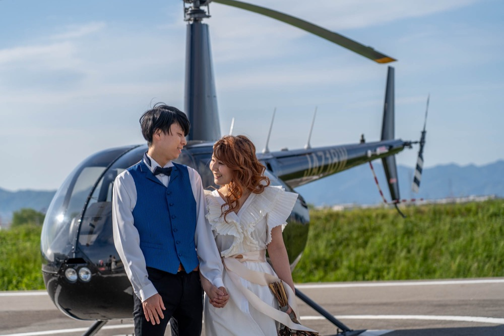 ヘリ着陸後に記念撮影 ソラマリ SORAMARI フォトウエディングに「挙式」と「ヘリコプター周遊」をくっつけた新しいウエディング。コロナで大きな結婚式はできないけど大きな思い出は作りたいというおふたりに答えた新しいウエディングサービスです。